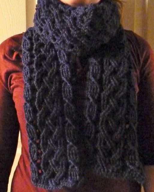Inverness Cable Scarf pattern by Noelle Stiles | Tejido