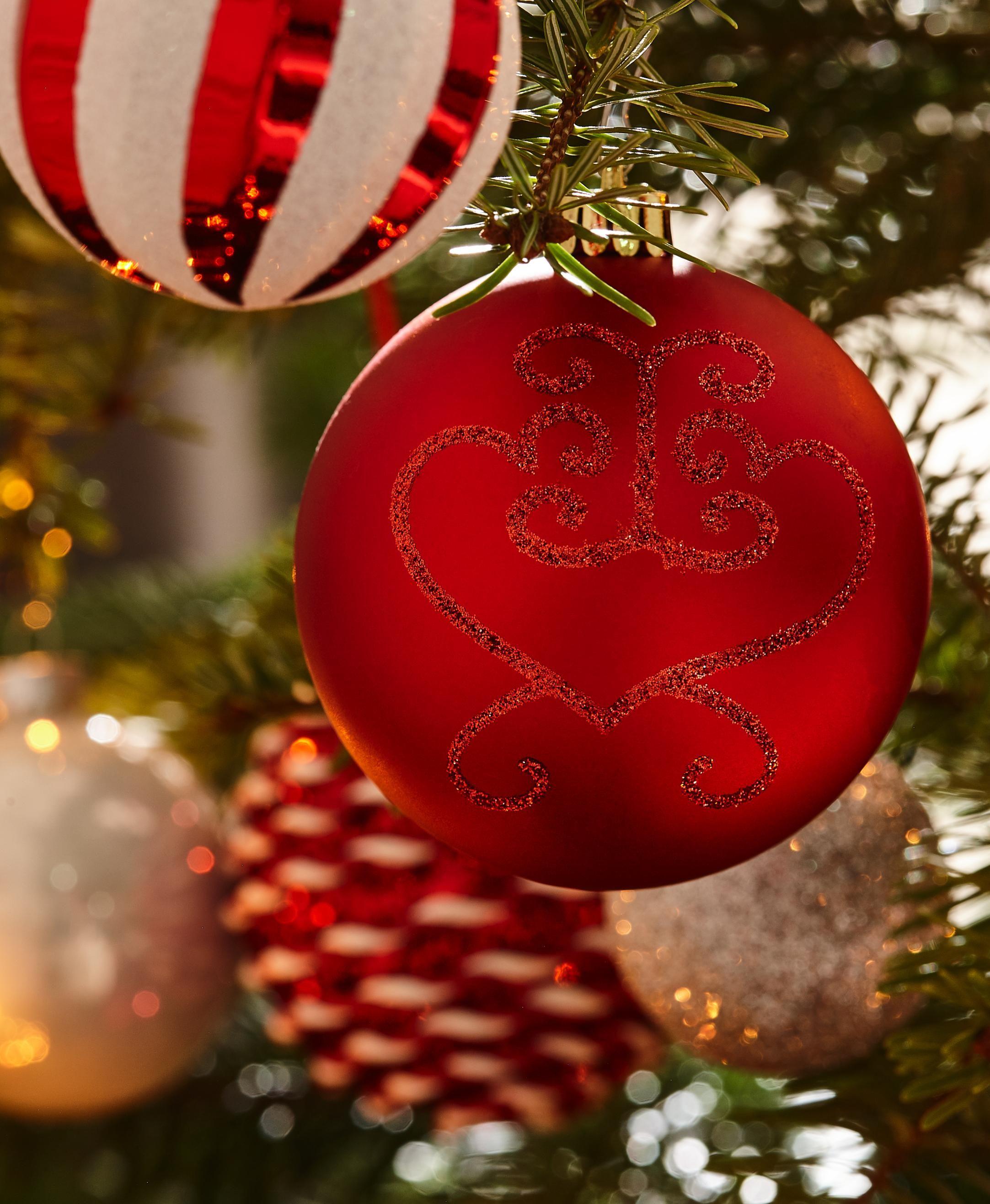Fesselnd Der Hübsche Baumschmuck In Traditionellen Farben Lässt Herzen Höher  Schlagen. Rot Und Weiß Sind Klassische Farben Der Weihnachtszeit Und Sehen  Besonders ...