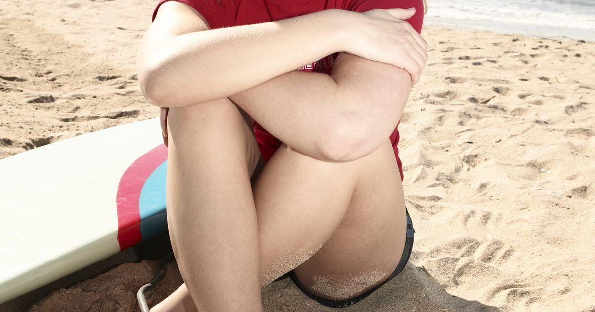 Como prender a cordinha (leash) da prancha de surf . A cordinha da prancha de surf, também conhecida como leash, mantém a prancha junto ao corpo, evitando que todo o equipamento seja levado pelas ondas. O mecanismo tem uma tornozeleira de velcro em uma das pontas e, geralmente, é presa em uma parte mais baixa da perna ou no próprio tornozelo. O leash é um apetrecho padrão das pranchas de surf. ...