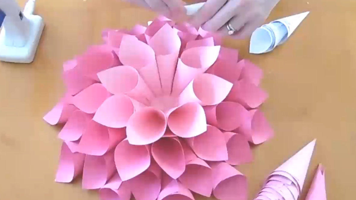 Giant Dahlia Paper Wall Flowers How To Make Easy Giant Paper Flowers For Backdrops And Nursery Wall Decor Dahlie Aus Papier Blumen Aus Papier Und Weckglas Diy
