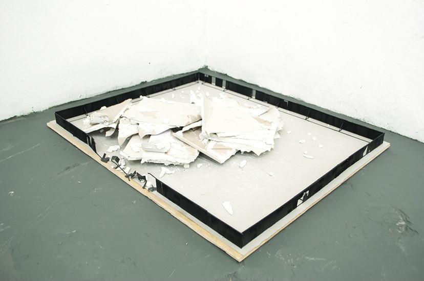 TRÊS VIDROS 2, 2012, Andre Komatsu  http://www.galeriavermelho.com.br/en/exposicao/6327/andr%C3%A9-komatsu-corpo-d%C3%B3cil