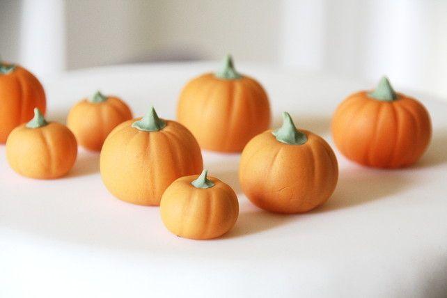 fondant pumpkins - edible Halloween cake toppers, by Green Caligo