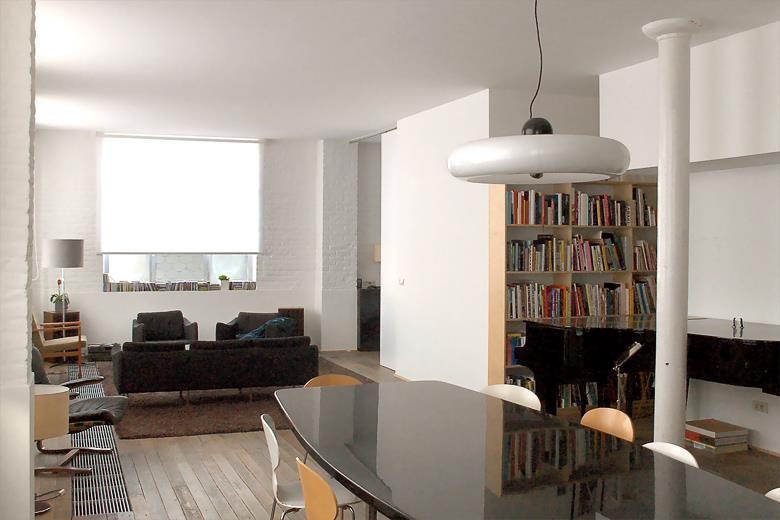 Coin télé dans salon épuré avec cheminée design dans architecture d intérieur idée décoration