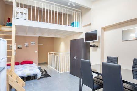 Regardez Ce Logement Incroyable Sur Airbnb : Argeles Village   Vue Sur Les  Toits   Appartements