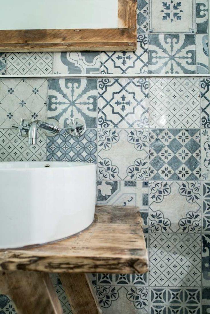 Die Patchwork Idee Eignet Sich Fur Das Mediterrane Badezimmer Badezimmerfliesen Badezimmer Inspiration Haus Fliesen