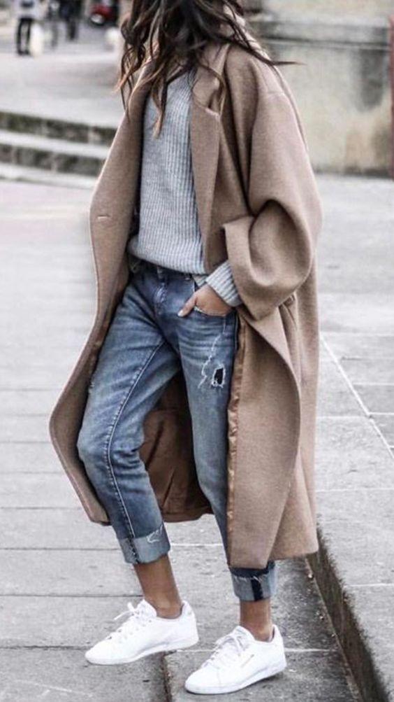 Perfekter Look für die Übergangszeit - Wollmantel und knöchellange Jeans.