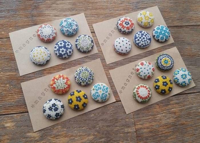 東欧ポーランドのお皿や陶器の雰囲気が可愛いマグネット磁石です。くるみボタンの裏の金具をはずして、マグネットを乗せて貼り付けるだけで、ころんと可愛いマグネットが作れますよ♪