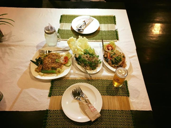 Tris di cibi tipici laotiani: noodles fritti con verdure Laap Maiale fritto con anacardi e ananas