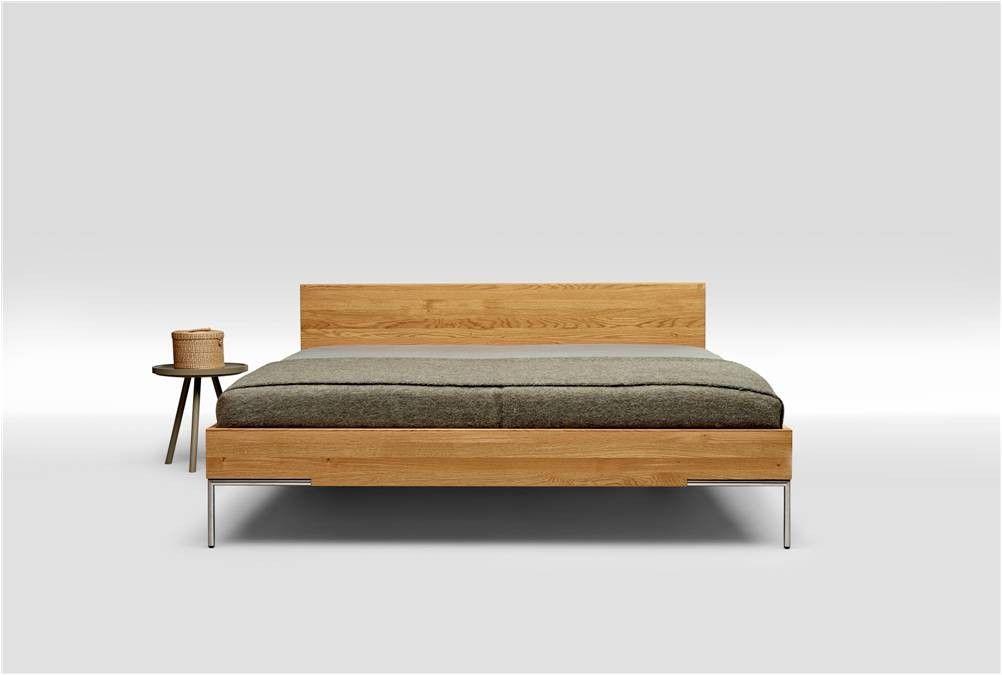 Schlichtes Bett mit Kopfteil aus massiver Eiche 200x200 in