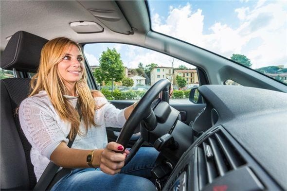 Sigara içiliyor olsa dahi yine de arabada içeri hava girsin diye doğrudan yüzünüze esecek şekilde camı açmayın.