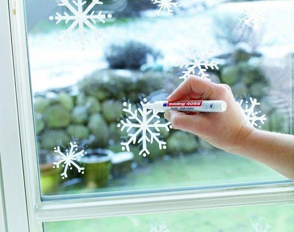 Dessiner des flocons de neige pour habiller les fen tres no l en utilisant un marqueur craie - Dessiner un flocon de neige ...