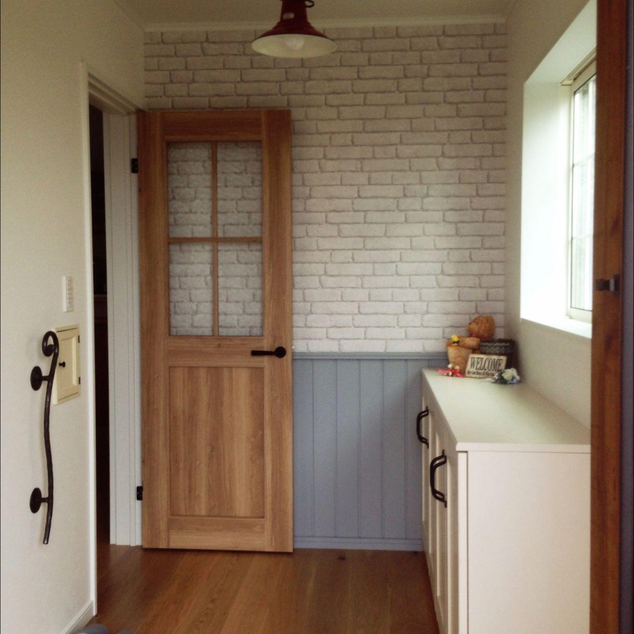 玄関 入り口 腰壁 カフェ風 レンガ壁紙 アイアン 手摺のインテリア実例