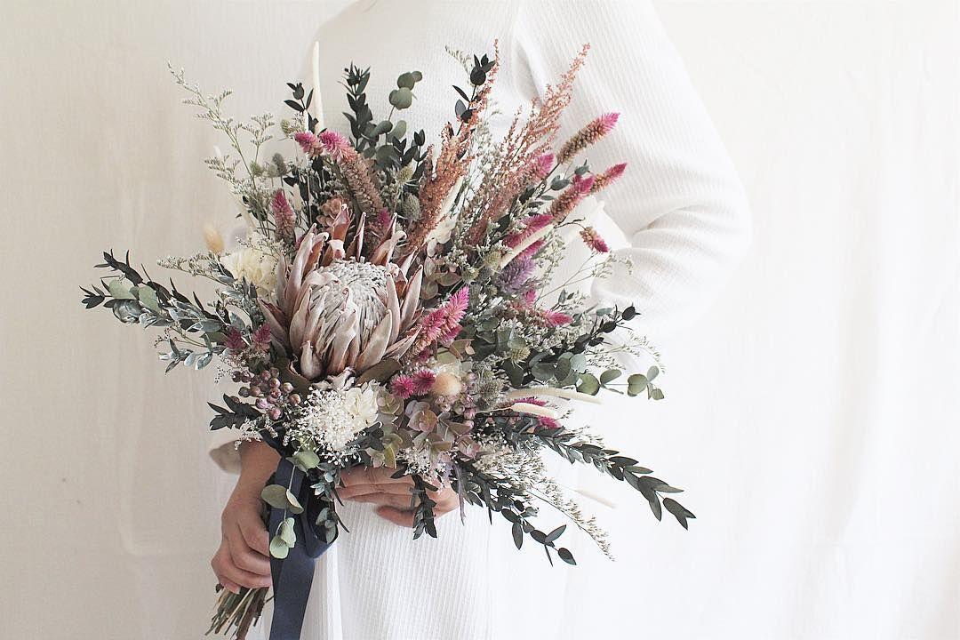 Komameri コマメリ On Instagram キングプロテアとくすみピンクの 色合いがとっても素敵なブーケ 力強いネイティブフラワーには 優しい小花をたくさん合わせて Komameri プロテアブーケ ブーケ ブライダルブーケ ウェディングブーケ