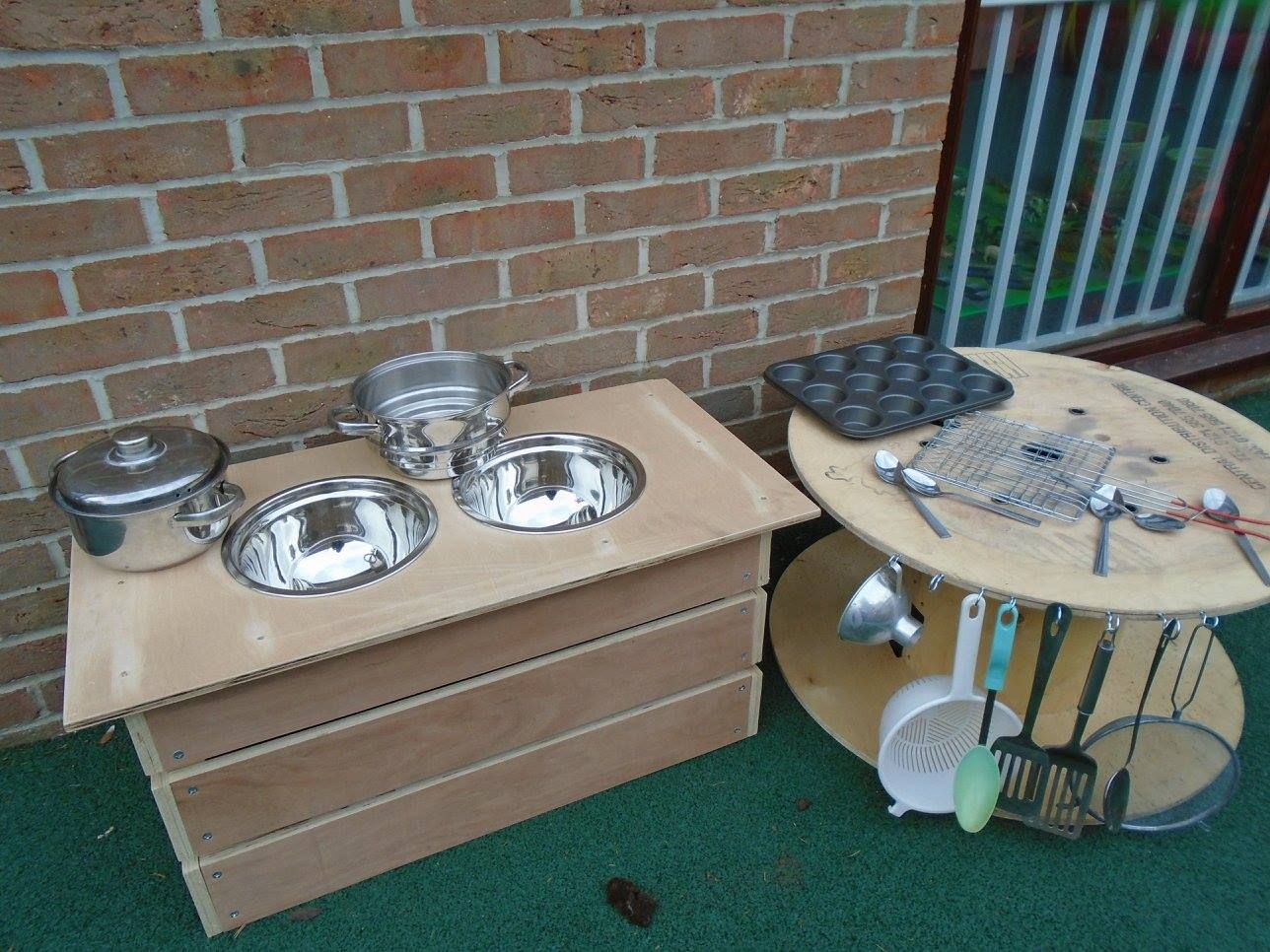 @BMBeenham fantastic mud kitchen from recycled materials.
