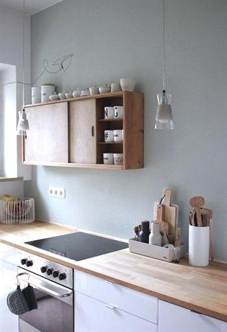 minimal kitchen design Modern Salbeigrüne Wand   weiße Küche - modern küche design