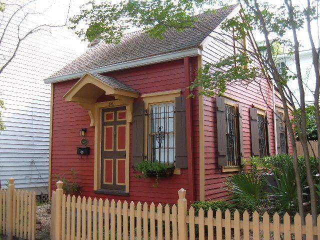 small house in Savannah, Georgia built in 1845