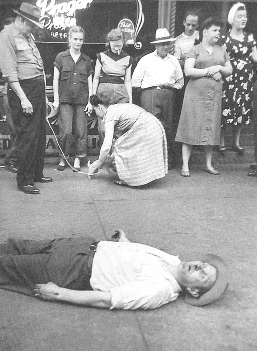 Ignorando a los borrachos desmayados en la calle Clark, 1952, Art Shay Chicagos-2566