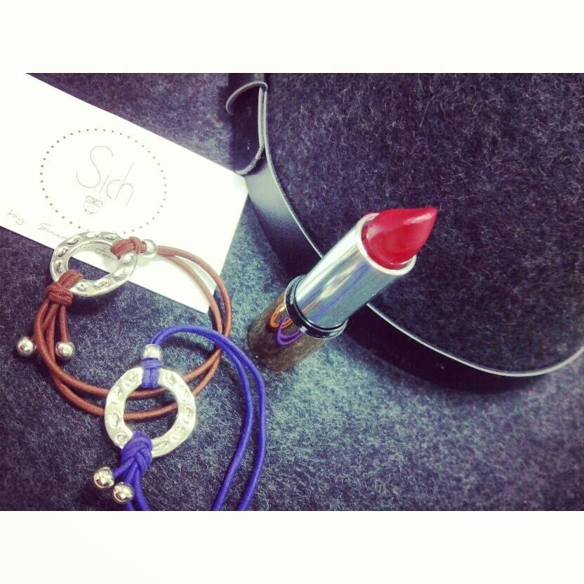 Sombrero, labios rojos y pulseras bonitas ;) ¡¡¡Lista para empezar el findeeeee!!! www.sichaccessories.com #mbfwm15 #madrid #moda #fashion #bloggers