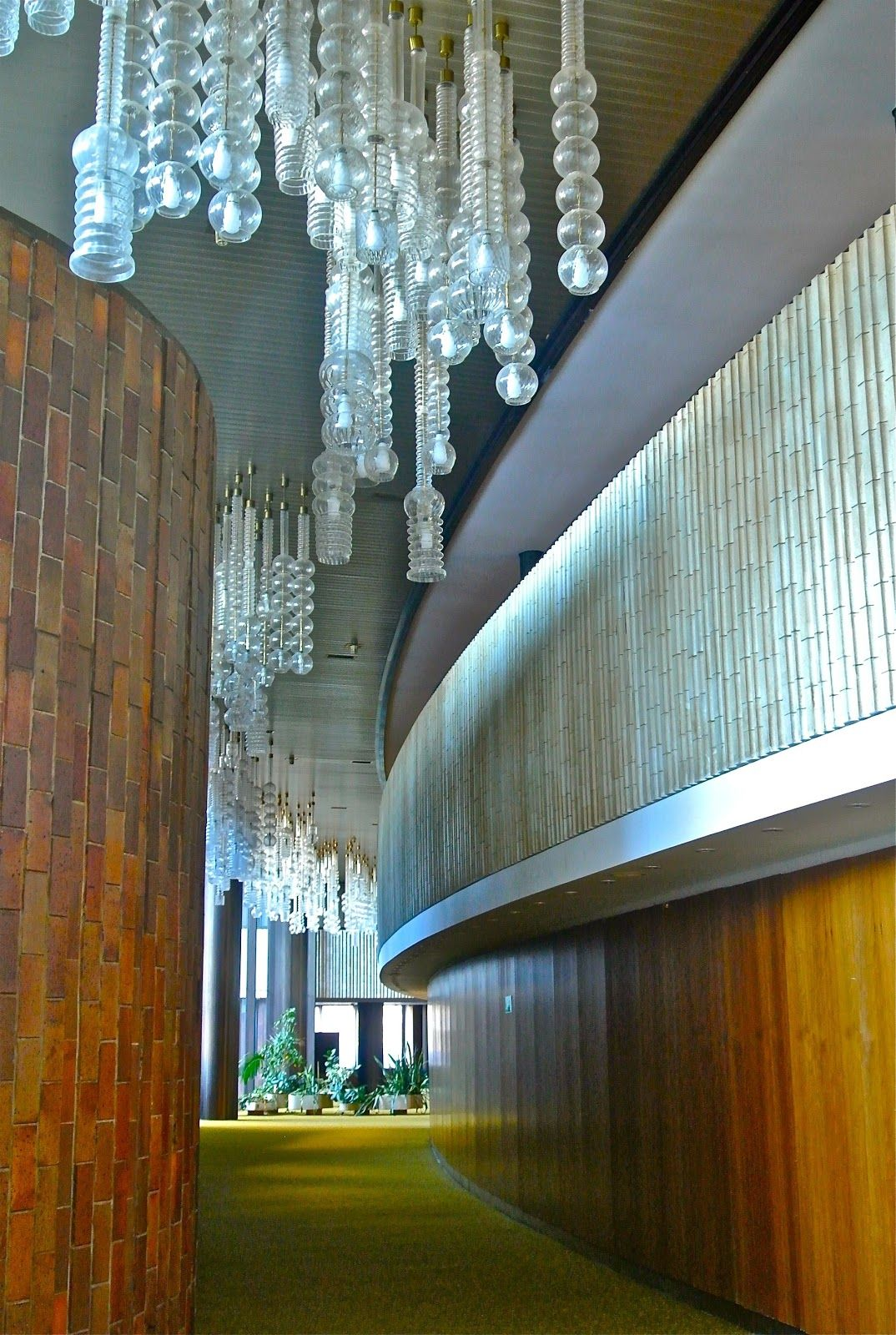 Hotel Praha: moquette vert acidulée, bois exotique et suspensions kitchissimes...PARFAIT