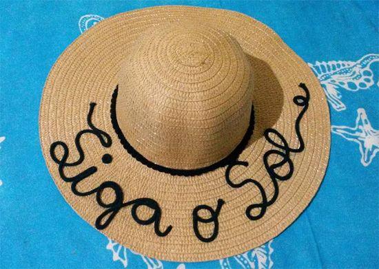 Veja uma seleção de ideias de customização de chapéu de palha. Chapéu  customizado com frase