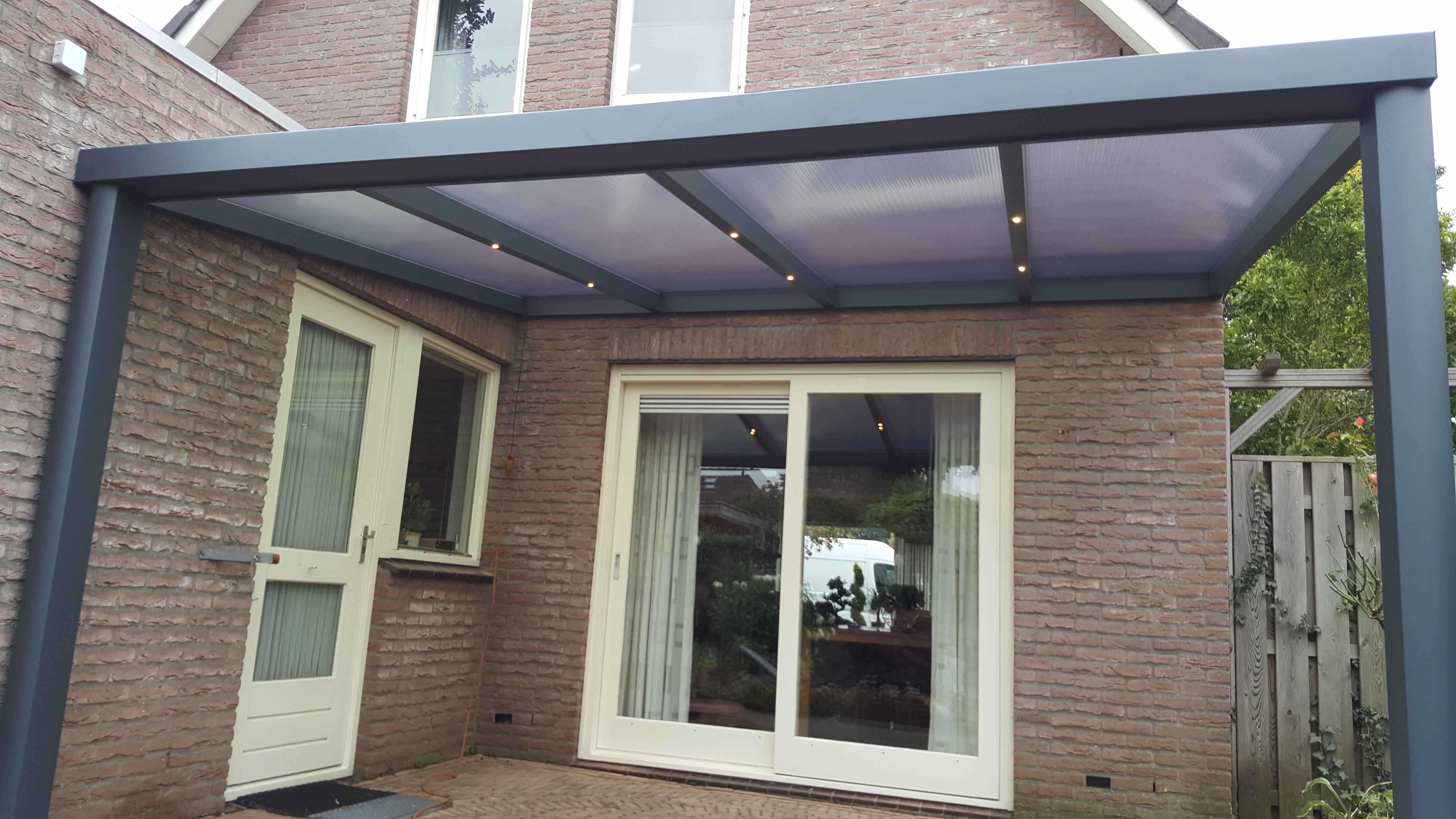 Aluminium veranda met polycarbonaat dak en led-verlichting in de ...