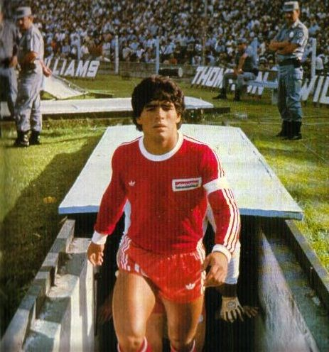 Debut of Diego Armando Maradona with Argentinos Juniors, Buenos Aires, c.  1977 | Football photography, Good soccer players, Soccer guys