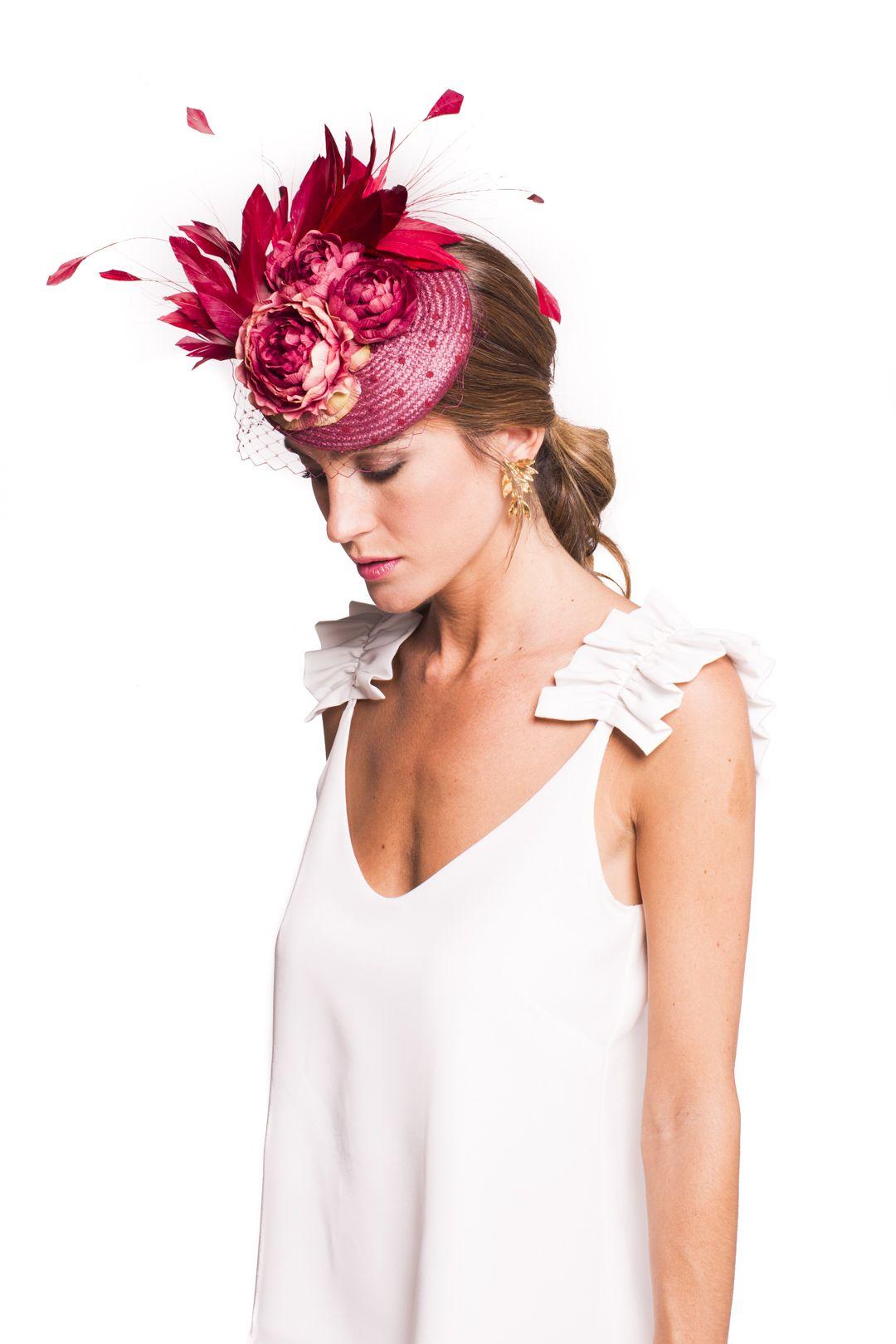 86cdf90be3646 Tocado casquete color burdeos forrado de plumeti a tono. Va decorado con 3  flores y plumas del mismo color. Lleva también un velito.