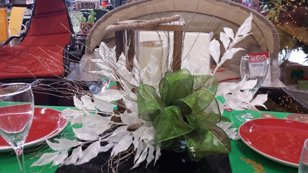 Viste tu mesa y adórnala con un arreglo de mesa diferente, los verdes y plata se ven muy elegantes.