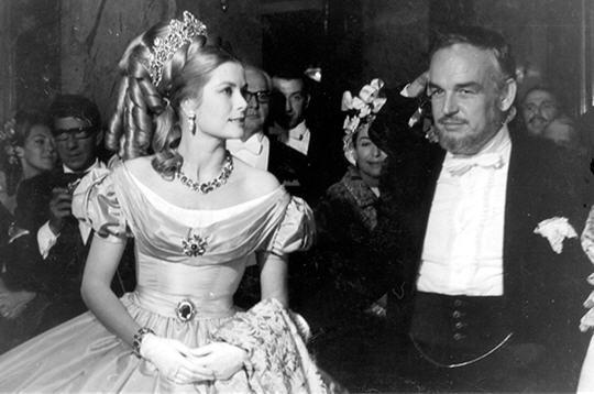 Lors du bal du centenaire de la Principauté, le 27 mai 1966 à l'Atrium du Casino de Monaco, la princesse illumine la soirée.