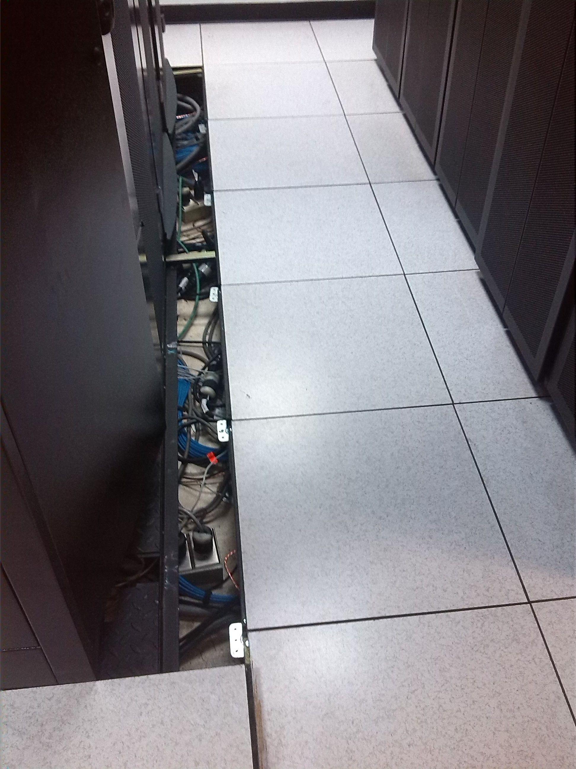 gabinetes en funcionamiento instalados sobre bases metálicas antisísmicas, cerramiento con piso técnico.