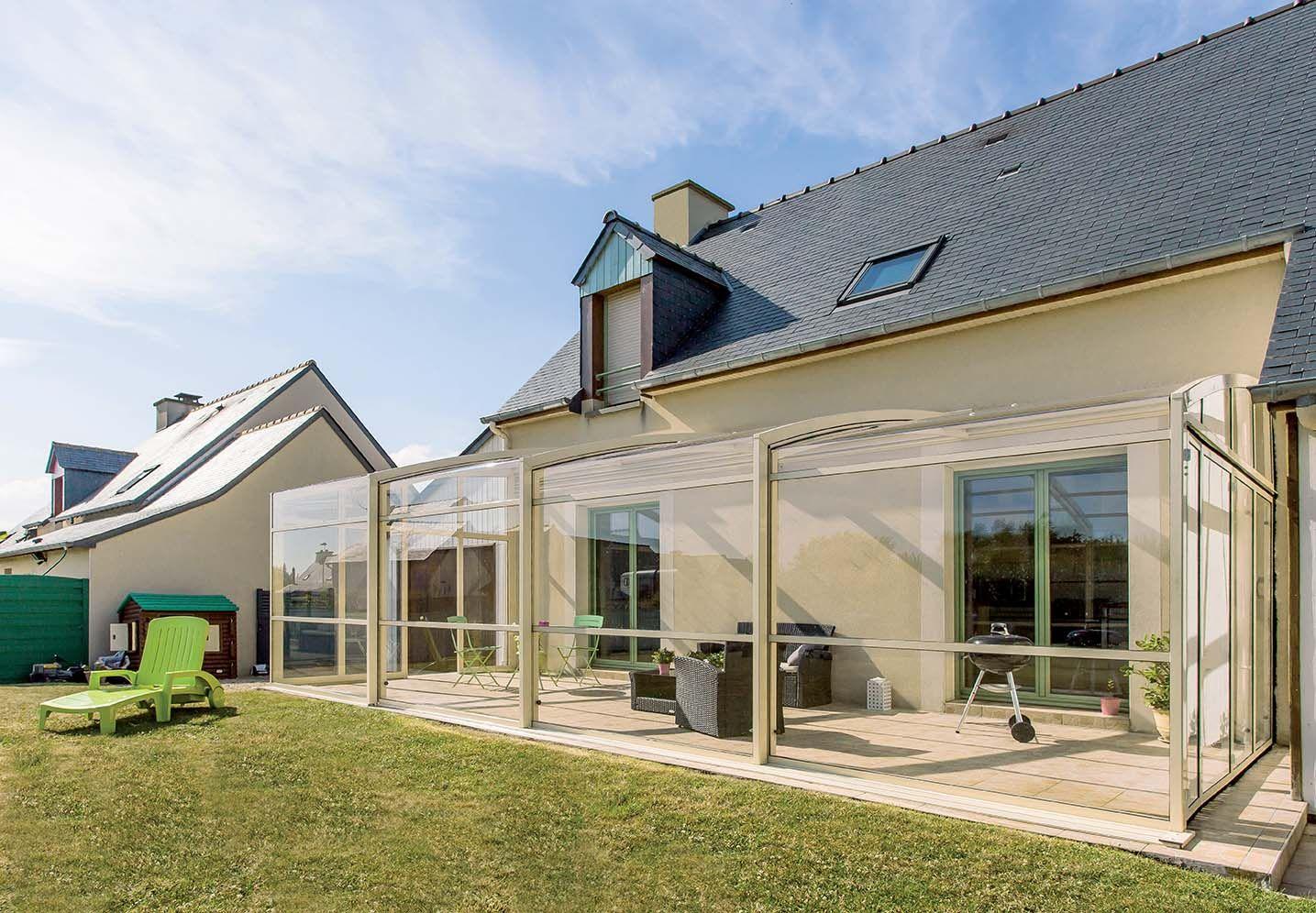 Legere Et Design Cette Structure En Aluminium Proche D Une Veranda Dans Son Allure Permet De Retrouver Le Principe De La Biotherm Abri Terrasse Terrasse Abri