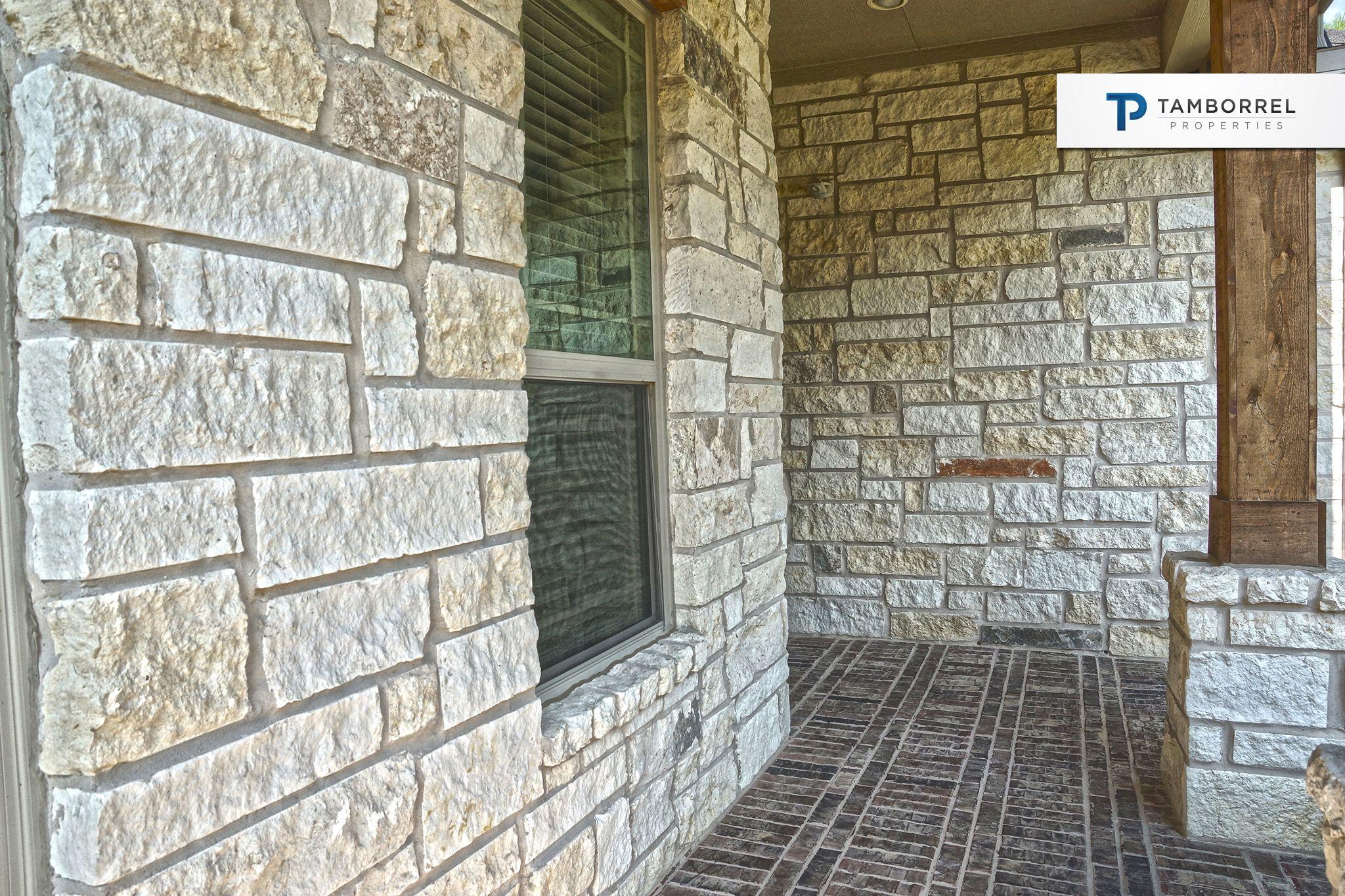 Las paredes est n pintadas de colores neutros d ndole a for Casa de azulejos