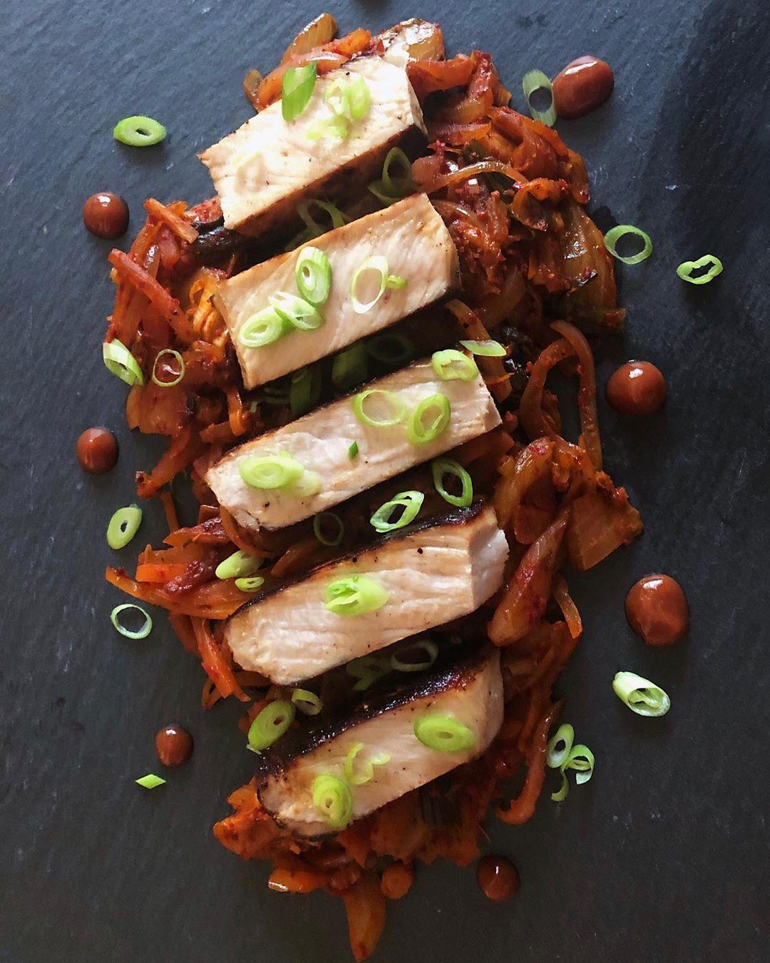 Najwaniejsze jest pierwsze wraenie, a to zdjcie nie jest takie ze Wieprzowina marynowana w miso / smaone kimchi / dymka / ketchup umamiMiso marinated pork / sauteed kimchi / scallion / umami ketchup#food