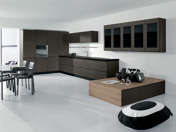 Cucina angolare moderna in rovere grigio e anta a vetro di colore ...