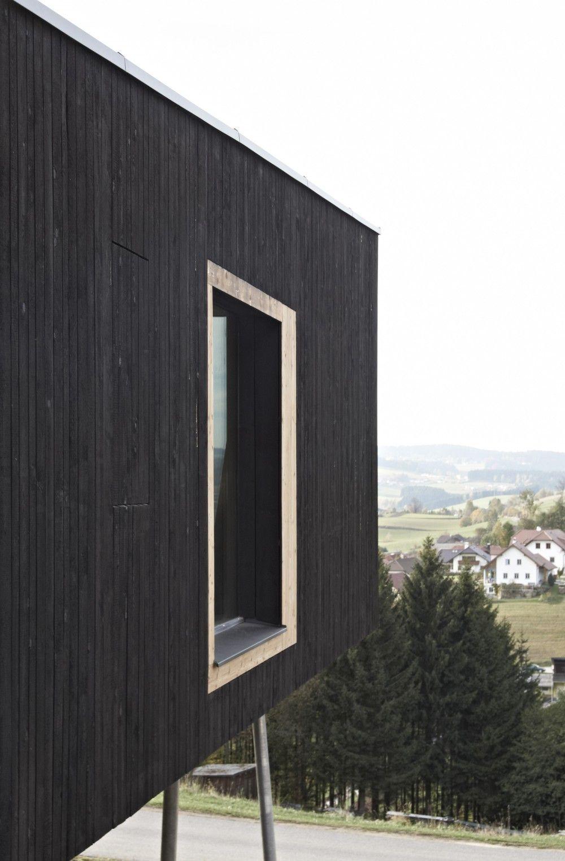 Casa de madera con revestimientos de madera en color negro http ...