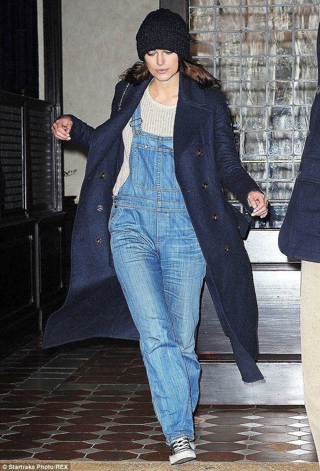 mecánico Trasplante aspecto  Keira Knightley sports dungarees on break from promoting new film |  Fashion, Mom style, Keira knightley