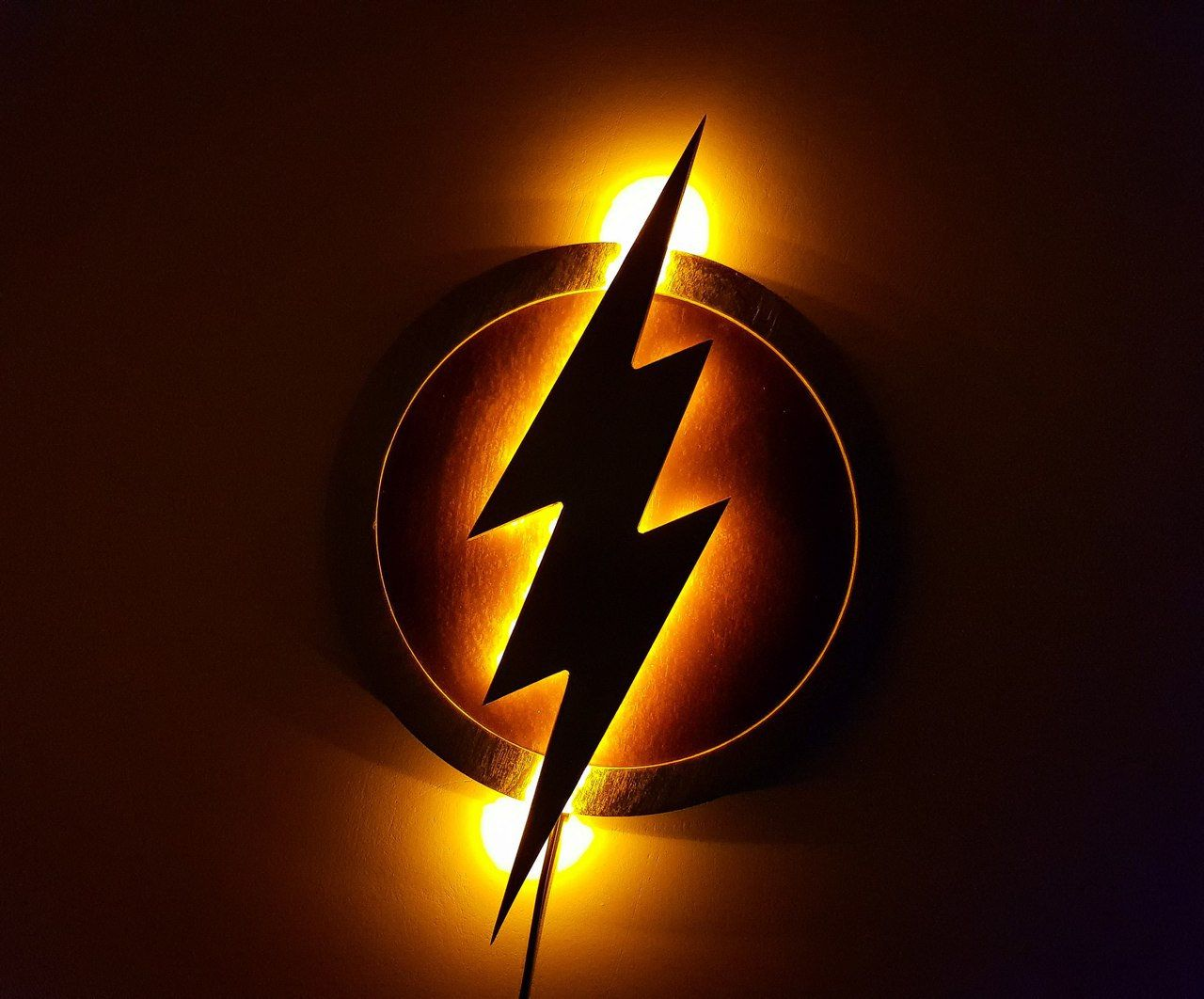 Flash lamp Night lights, LED Flash Logo, Justice League The Flash LED Illuminated Superhero Logo. Material: 6 mm thick plywood. Dimensions (mm): 330 x 330 mm (13 x 13 inches). Power adapter: from 220/110 to 12 V, the length of the wire is 1.5 meters. It comes with a sw