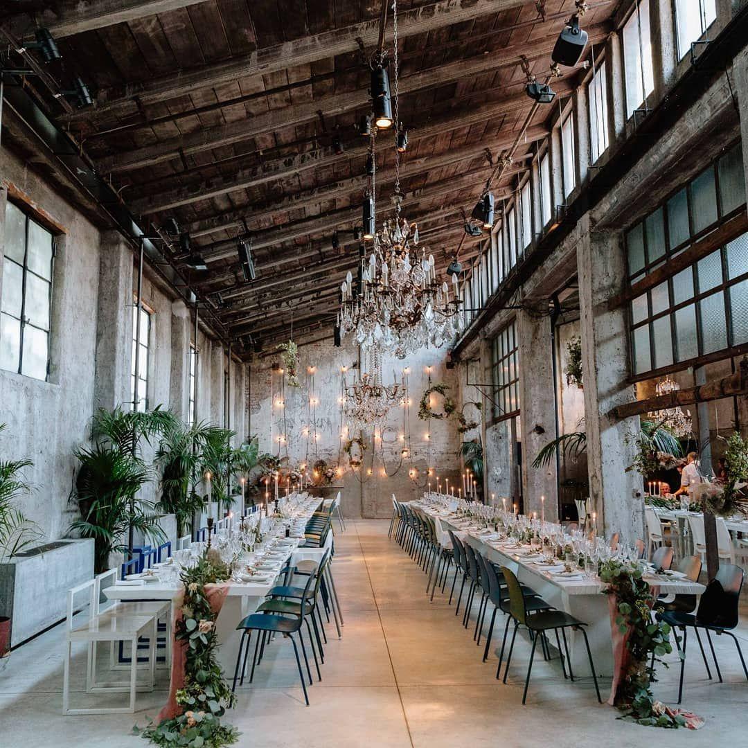 Ob In Der Alten Fabrikhalle Oder In Der Garage Hochzeit Im Industrial Chic Stil Gewunscht Wir Verraten Euch Industrial Wedding Rustic Glam Table Decorations