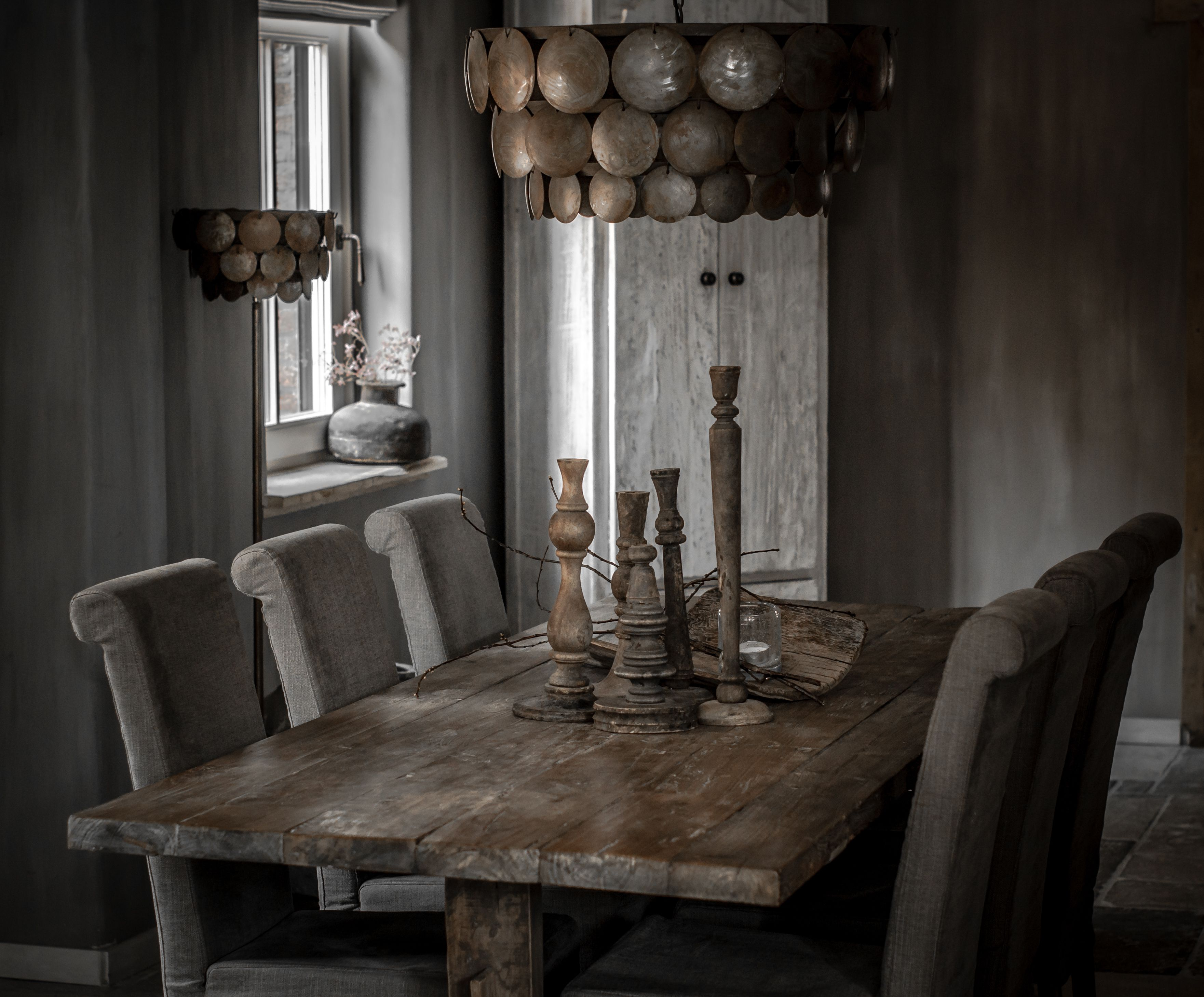 Boeren tafel met hoffz stoelen met hand gemaakte schelpen for Interieur verlichting