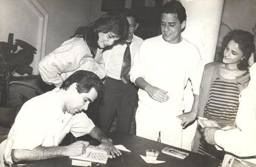 Chico e Marieta recebendo um autógrafo de Roberto D'Avila.
