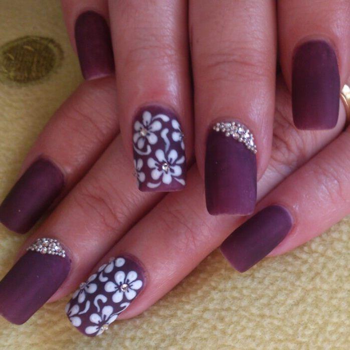 uñas elegantes color vino en mate con florecillas blancas | uñas ...
