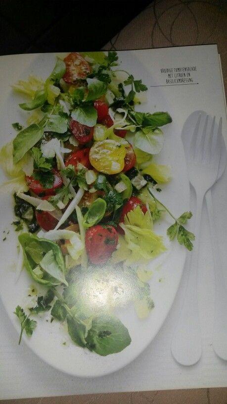 Kruidige tomatensalade met citroen en basilicum dressing