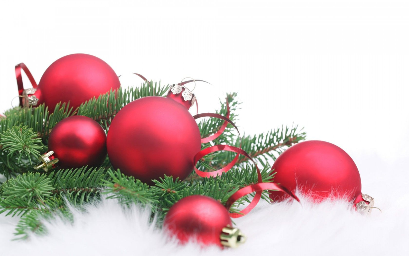 новый год, рождество, игрушки, шары, хвоя, мех, белый фон, серпантин