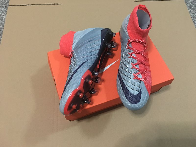 9957ec8648f7 The sole plate of the Nike Hypervenom Phantom III red grey boots features a  more flexible material in the front (Pebax)