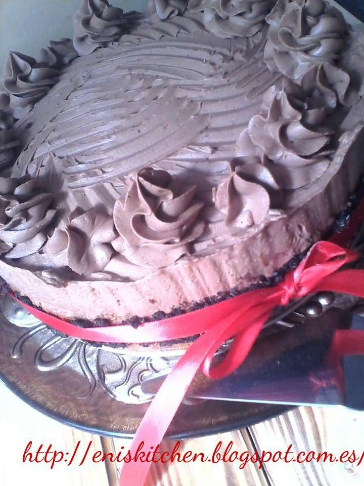 http://eniskitchen.blogspot.com.es/2013/10/tarta-con-crema-de-chocolate-y-oreo.html Hola, hoy chocolate y oreo! Os apetece???