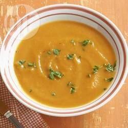 Kürbissuppe ganz einfach -  Diese Kürbissuppe ist total einfach zu machen, aber sie wird recht lang geköchelt, dadurch intensiviert sich der Geschmack. Einfach mit Brot servieren. @ de.allrecipes.com