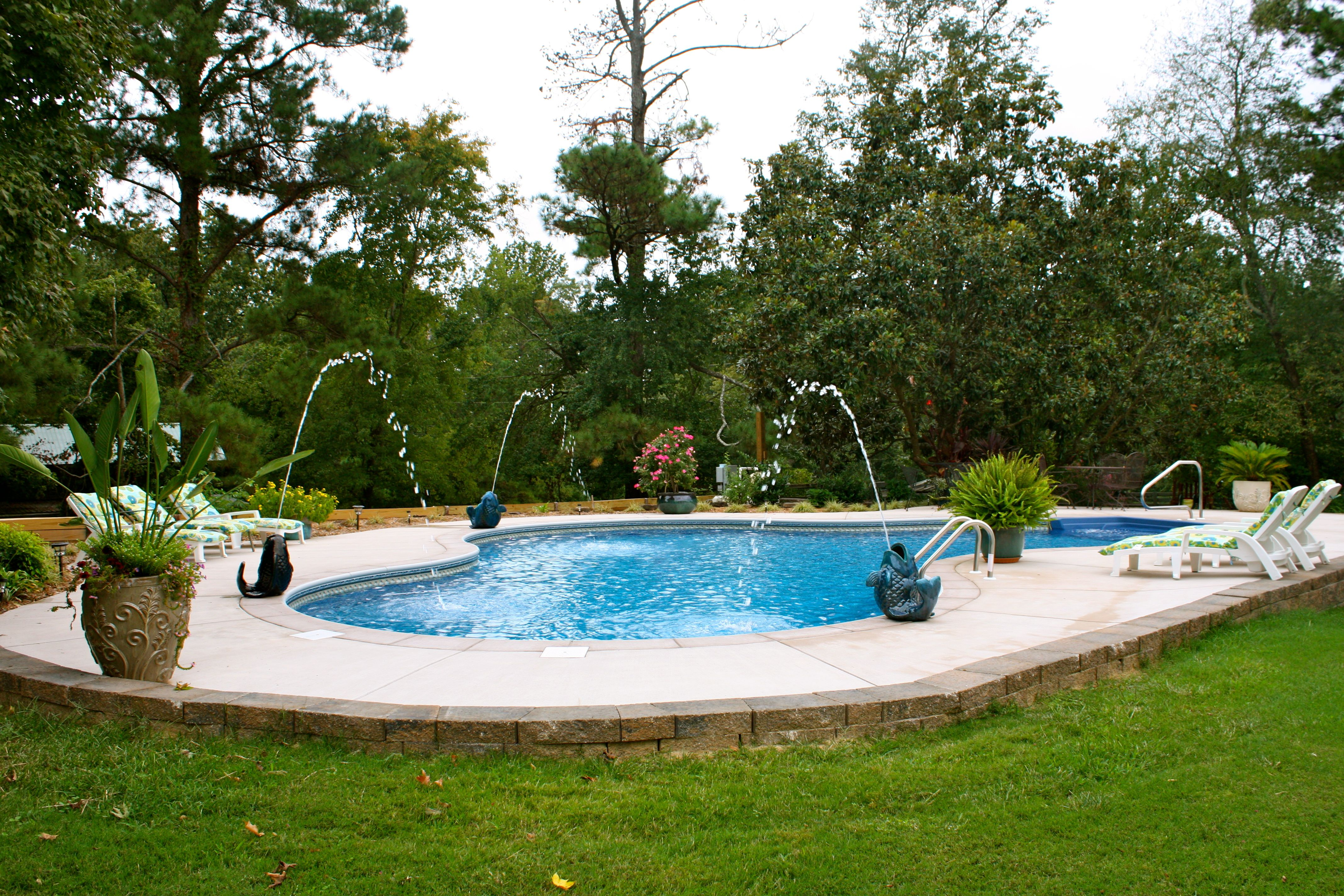 This Vinyl Liner Pool Is A Lagoon Shaped Pool With Fun Fish Shaped Water Features Wouldn 39 T You