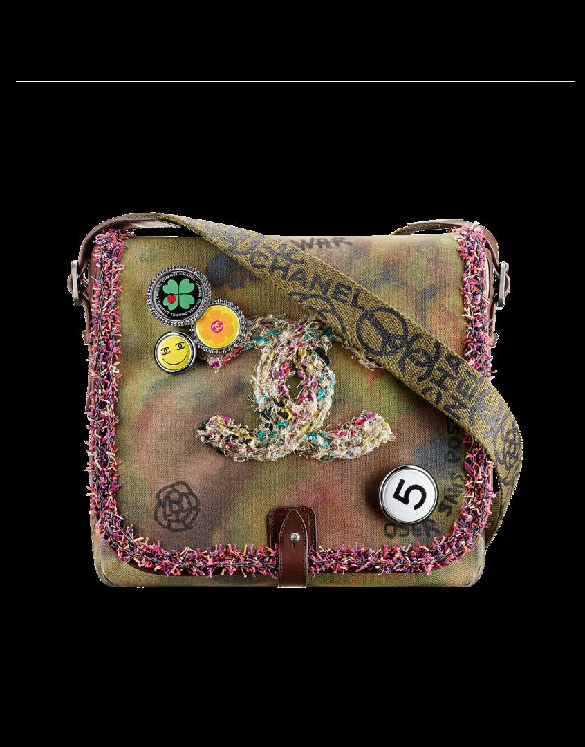 Bolso  patate en tejido desteñido adornado con firma CC bordada.   25.5 x 28 x 8.5 cm
