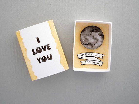 Ich liebe dich zum Mond und zurück, Streichholzschachtel Karte, Liebe Mail, Liebe Karte, Streichholzschachtel Kunst, Message-Box, Freund Freundin-Geschenk, Jahrestagsgeschenk Senden Sie eine einzigartige Liebeskarte mit dieser Matchbox! Der Deckel hat den Satz Ich liebe dich und
