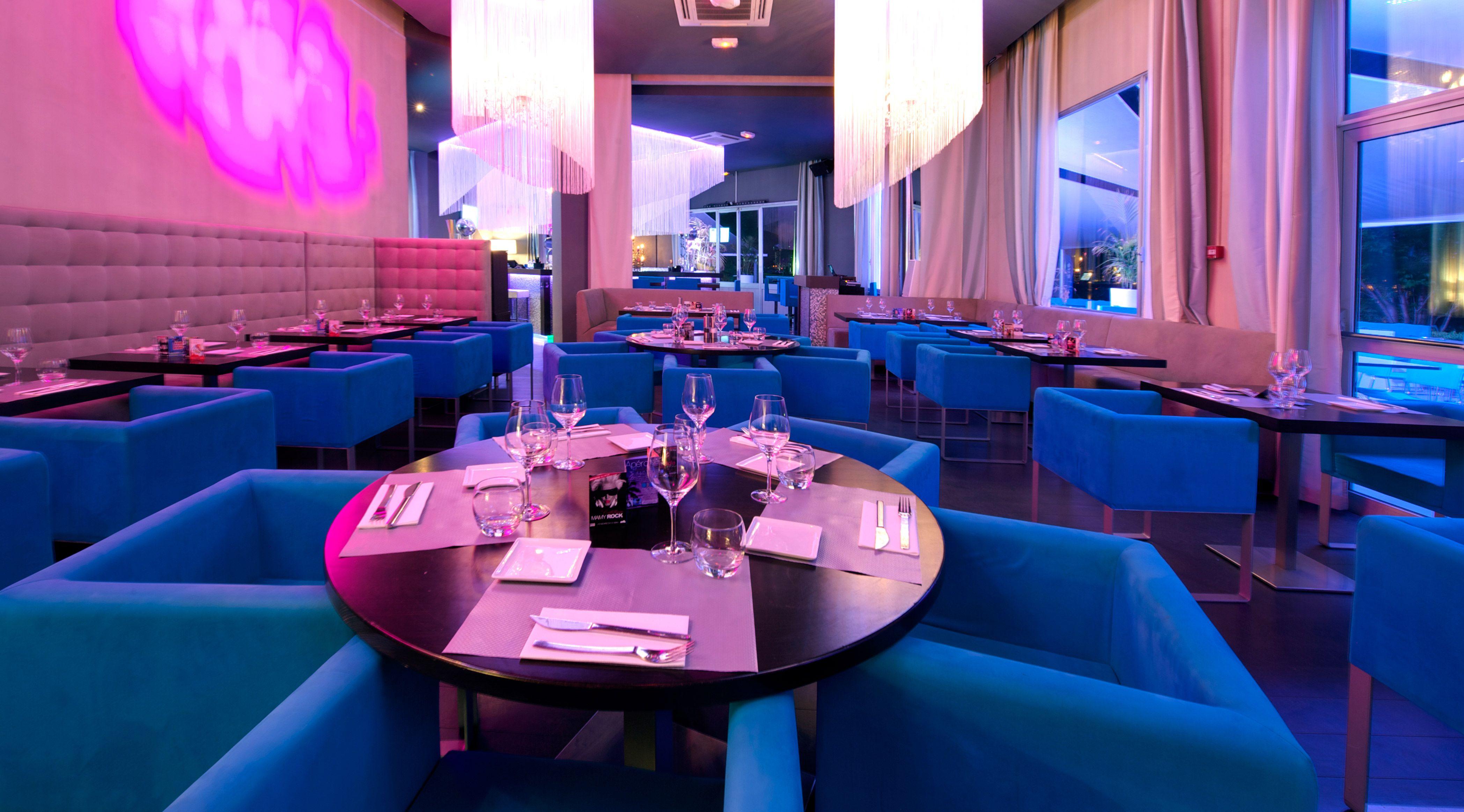 Restaurant Bar Festif Le Moon A Annecy Au Bord Du Lac Ambiance Raffinee Notes Baroques Chics Et Colorees Mosaiques Ride Lustre Baroque Lustres Restaurant